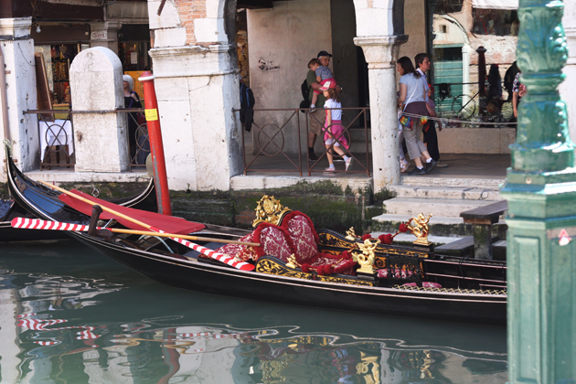 venice-101-guide-what-to-do-water-taxi-ride-gondola-07-s