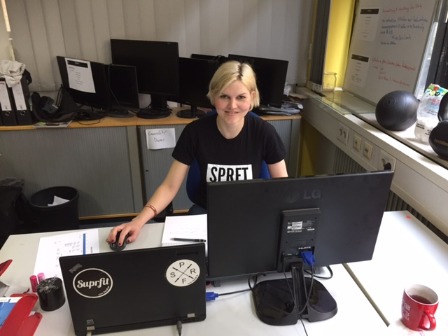 Isabel im Büro