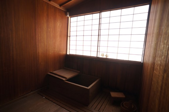 Japanese bath and tub