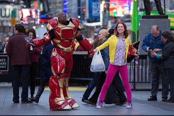 Titus (Tituss Burgess) and Kimmy (Ellie Kemper) take on New York City. ©Netflix