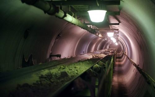 Nhà máy sản xuất vàng từ quặng thô được xây dựng dưới lòng đất. Nhiệt độ tại khu mỏ này luôn ở mức cực thấp, có thể xuống dưới -35 độ C vào mùa đông.