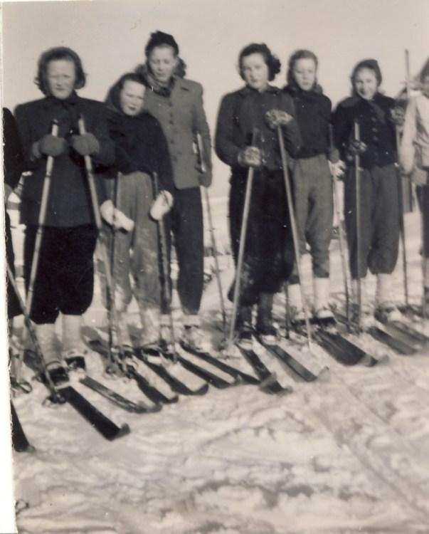 Min mor Anny på skitur med klassen i skaut - ca 1950