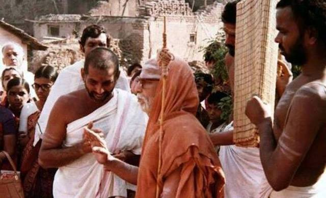His Holiness Kanchi Paramacharya With Devotees