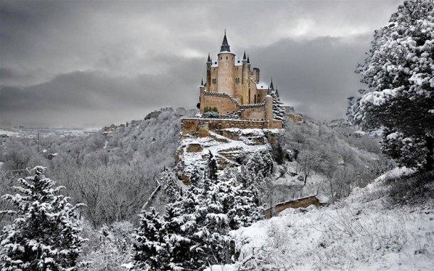 La realizzazione del castello di Grimilde, la Regina cattiva di Biancaneve, è stata basata sull'Alcazar di Segovia, Spagna. Questa fortezza, risalente al periodo della dominazione araba (tra l'XI e il XII secolo)