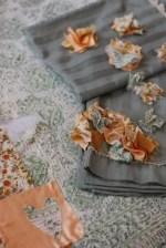 Como decorar sabanas y almohadas con flores de tela