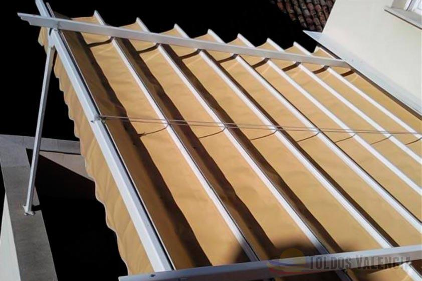 Toldo plano para terrazas toldos valencia for Como colocar un toldo de brazos invisibles