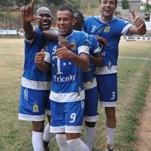 """Ele é """"o cara"""": companheiros do Tricolor fazem festa para Lequinho, camisa 9, que marcou o gol mil da Copa Prefeitura Bahamas de Futebol Amador 2014"""