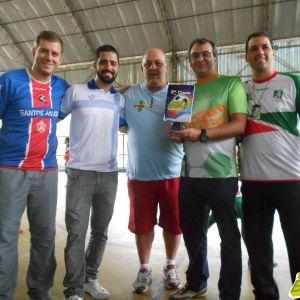 Da esquerda: professores Bráulio Reis, Felipe Nery, Alfredo Coimbra e Leonardo Geara entregam homenagem especial ao Portal Toque de Bola