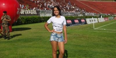Aracy Aglio, musa do Tupi eleita pelos  jogadores, faz pose para incentivar campanha do sócio-torcedor, momentos antes do jogo