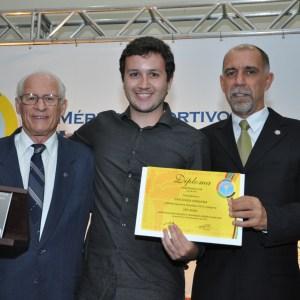Caio, no centro, recebendo o prêmio do panathleta Hamlet Pernisa (esquerda) e do presidente do Panathlon Club Juiz de Fora, Claudio Esteves (Foto: Tintin)