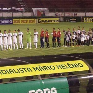 Tupi e Goiás no momento do hino nacional antes da partida. Jogo marcou a estreia do Carijó em inédita participação na Série B com formato atual