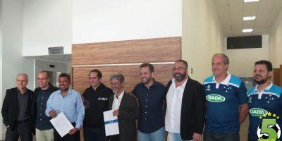 Dirigentes do JF Vôlei, do Sada Cruzeiro e da Federação Mineira de Vôlei distribuem sorrisos: parceria é considerada boa para duas equipes e para o voleibol do estado