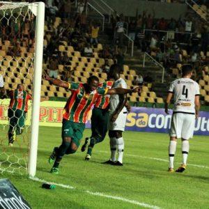 Sampaio comemora o gol e jogadores do Tupi olham cada um para um lado. Carijó ainda procura encontrar a direção certa na Série B (Foto: Elias Auê - site do Sampaio))