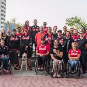 Equipe paralímpica de atletismo do Canadá no pátio de entrada do hotel em Juiz de Fora (Foto: Guilherme Leite/UFJF)