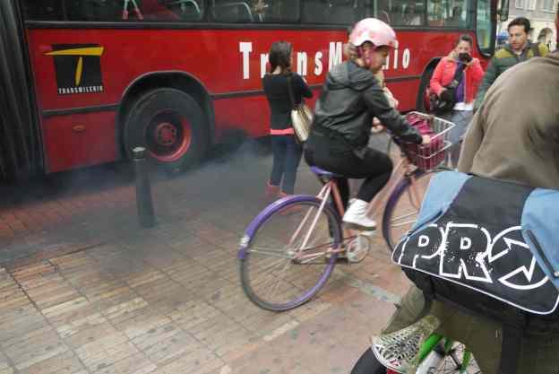 Transmilenio ciclista peatón