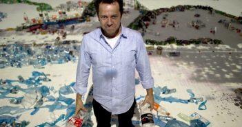 O brasileiro Vik Muniz é destacado na lista por sua prática artísta pouco ortodoxa