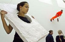 Uma visitante da exposição no Museum for Modern Art de Frankfurt veste uma das obras de West, em 2003