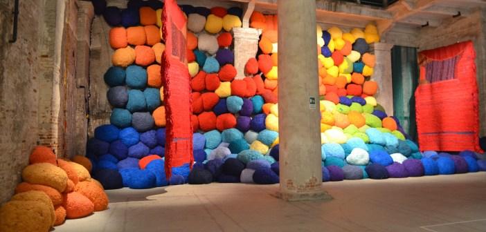 Instalação de Sheila Hicks no Pavilhão das Cores