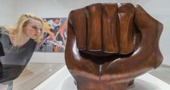 Mulher observa a escultura Black Unity 1968, de Elizabeth Catlett, na exposição Soul of a Nation