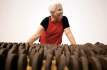 Anna Maria Maiolino diante de objetos de argila não cozidas que integram sua retrospectiva no MOCA. (Francine Orr / Los Angeles Times)