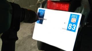 poser une plaque d'immatriculation moto soi-même - percer les rivets