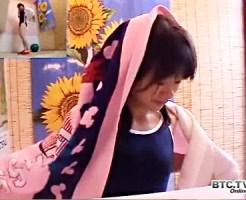 【スク水盗撮動画】海の家の更衣室でスクール水着を着た明らかに若い子の着替えを隠し撮り…