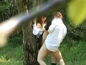 【JK野外SEX盗撮動画】膨らみかけの成長期に見られるオッパイを揺らす女子校生に立ちバックで中出しww