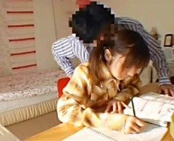 【JC室内盗撮動画】ツインテールの黒髪ロリ少女の匂いを丹念に嗅ぐ家庭教師の証拠掴むため隠し撮り…