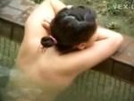 【温泉盗撮動画】卒業旅行の女子大生の露天風呂を隠し撮り…剛毛、プリ尻を接写撮りwww