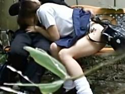 【フェラ盗撮動画】昼間から制服姿をいうことを忘れて公園のベンチで生フェラする女子校生www