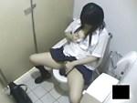 【駅トイレ盗撮動画】駅の公衆トイレに入った制服女子校生がおしっこ後に洋式便所で開脚オナニーwww