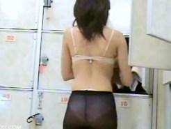 【脱衣所盗撮動画】黒パンストが透けて白パンツのエロさが倍増している素人の女湯ロッカールームを隠し撮り…