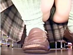 【JKまんすじ盗撮動画】座りパンチラでクロッチ部分に縦スジがくっきり出た制服女子校生を隠し撮りww