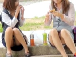 【OLパンチラ盗撮動画】昼休みに公園で昼食を取る制服OL達の座りパンチラを無差別に隠し撮り…