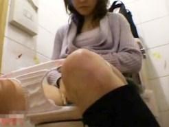 【トイレオナニー盗撮動画】コンビニ女子トイレでオシッコした後に指でクリオナする素人女子を隠しカメラ盗撮…