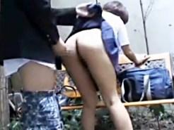 【JK青姦盗撮動画】ミニスカ制服を捲り上げて公園のベンチで立ちバックする女子校生を隠し撮りしたww