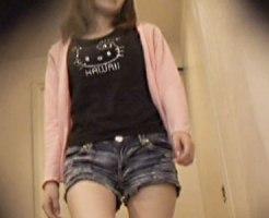 【おしっこ盗撮動画】デニムホットパンツ履いた最近ギャル化した生意気な妹の放尿を家庭内盗撮…