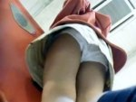 【JSパンチラ盗撮動画】ガチモノ流出!?ツインテールが可愛い女の子の綿パンツを逆さ撮りしたお宝盗撮ww