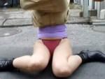 【イタズラ盗撮動画】ロングスカートの素人女子を背後から襲いかかって巾着結びをする神テクニックが話題ww