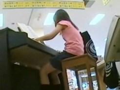 【JSパンチラ盗撮動画】おもちゃ売り場で遊ぶ女の子を隠し撮りした個人流出…綿パンツを逆さ撮りww