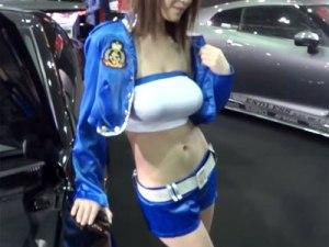 【キャンギャル盗撮動画】ロケット巨乳とハッキリわかるコンパニオンが着衣巨乳衣装を着たらこうなったww