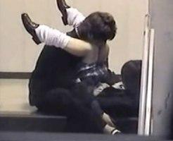 【JK青姦盗撮動画】黒髪ショートカットが可愛い制服女子校生と彼氏が階段の踊り場イチャつき…