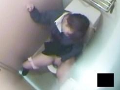 【JK便所オナニー盗撮動画】おしっこを拭き取った刺激だけで自慰行為に発展した性欲強い女子校生を隠し撮りww