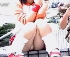 【JCパンチラ盗撮動画】太もものムッチリ加減がロリコン心をくすぐる少女2人の綿パンツを隠し撮りww