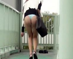 【イタズラ盗撮動画】背後から近寄ってスカートを千切られた素人のサテン生地Tバックがめちゃエロいww