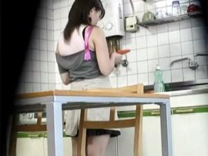 【家庭内盗撮動画】台所で野菜のニンジンを見つめ料理中に異物挿入オナニーをする嫁を隠し撮りww