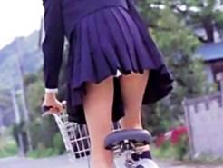 【チャリチラ盗撮画像】自転車乗った素人や女子校生のミニスカが捲れあがったパンチラ…風と自転車のコラボww