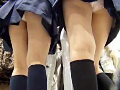 【JK逆さ撮り盗撮動画】パンツの染みまでハッキリとわかる高画質カメラで女子校生のパンチラを接写撮りww