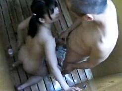 【海の家盗撮動画】黒髪ツインテールの幼児体型女子が海の家のシャワールームで彼氏にパイズリ…