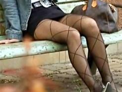 【パンチラ盗撮動画】タイトスカートに網タイツの素人女子…足の組み換え狙ってクロッチ接写撮りww